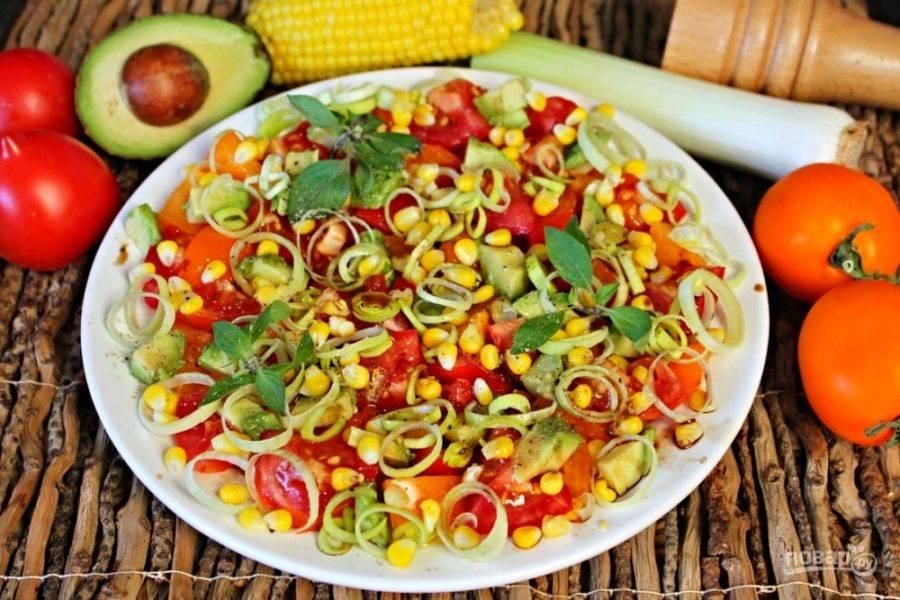 Заправляем салат оливковым маслом и бальзамическим уксусом. Украшаем базиликом, солим и перчим. Готово, можно подавать к столу!