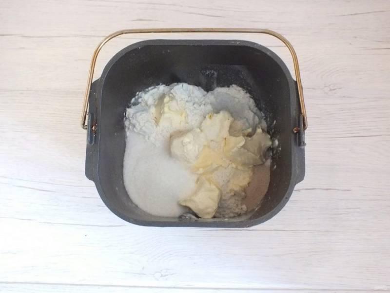 """В ведерко к жидким продуктам добавьте муку, мягкое масло, по сторонам всыпьте дрожжи, сахар, соль. Поставьте ведерко в хлебопечку. Выставите режим """"Тесто"""", время 1 час 10 минут. Включите."""