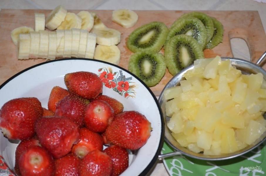 6. Тем временем нарезаем фрукты. Берите любые фрукты и даже ягоды по вашему вкусу. Я решила использовать яркие и контрастные фрукты: ананас, клубнику, банан и киви.