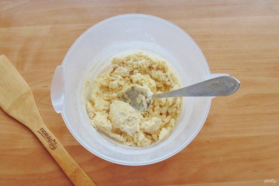 Перемешайте тесто ложкой.