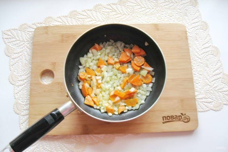 Налейте рафинированное подсолнечное масло и припустите овощи на небольшом огне в течение 7-8 минут, перемешивая.