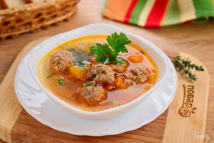Добавьте в суп измельченную зелень, посолите и поперчите по вкусу, дайте супу настояться пару минут. Приятного аппетита!