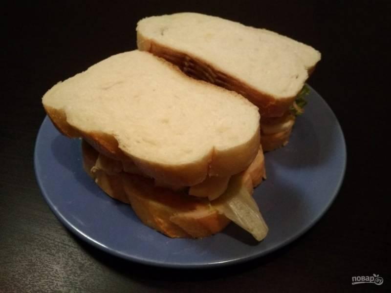 8. Оставшийся хлеб также смажьте соусом. Укройте кусочками сэндвичи. Приятного аппетита!