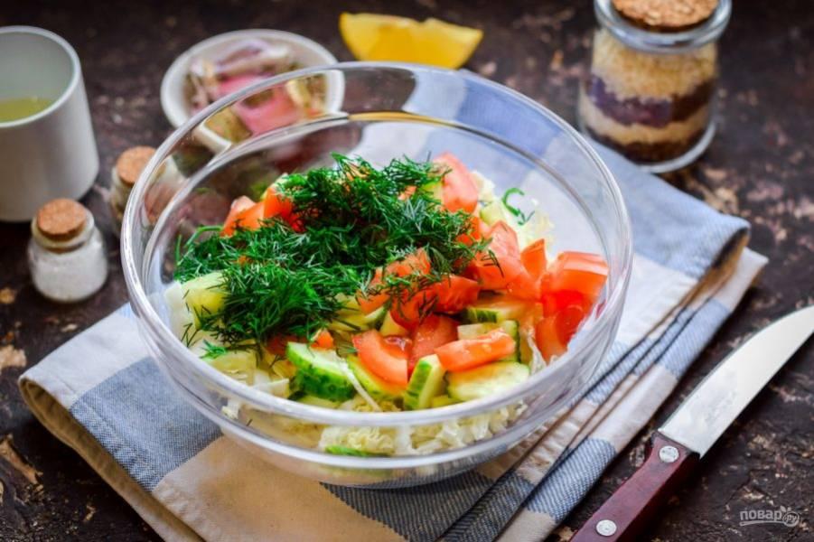 Нарубите чистый укроп, переложите к овощам.