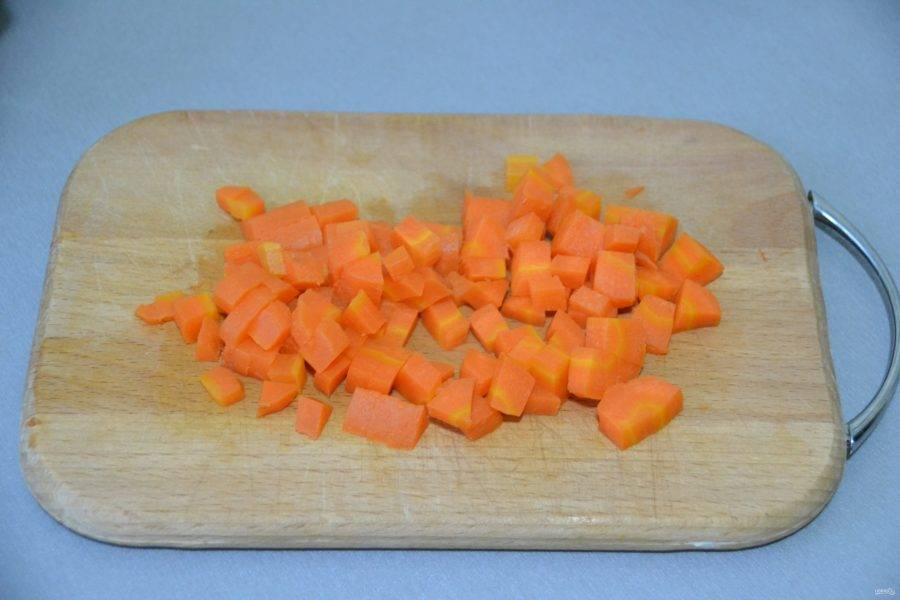 Кубиком нарежьте отварную морковь.