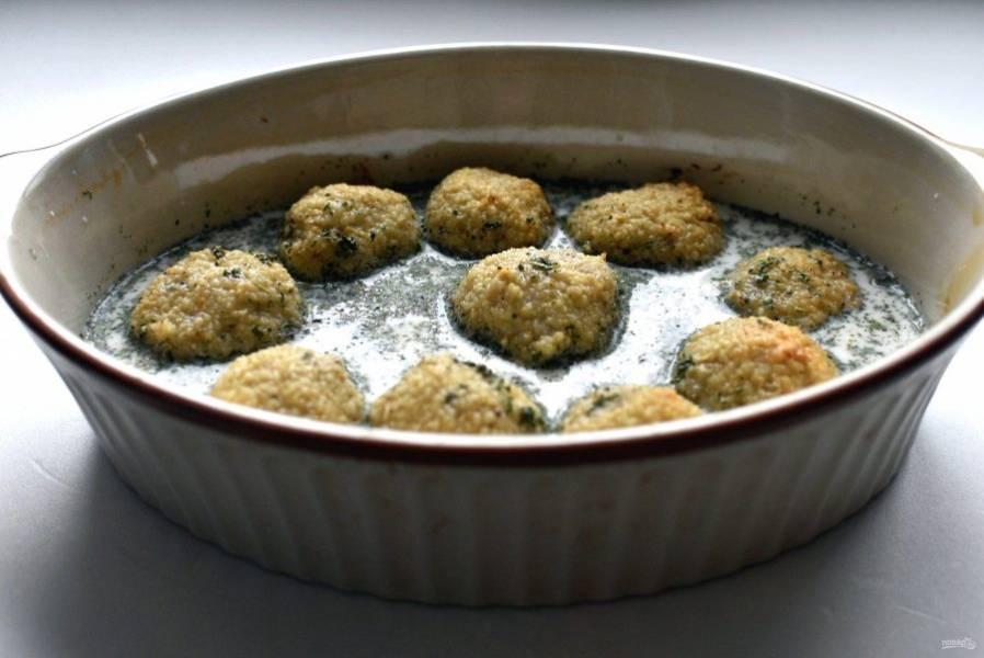 Смешайте  10% сливки с  оставшейся горчицей, посолите по вкусу и добавьте сушеную петрушку. Выньте форму из духовки и залейте тефтельки соусом. Запекайте при температуре 150 градусов до готовности тефтелек и загустения соуса.