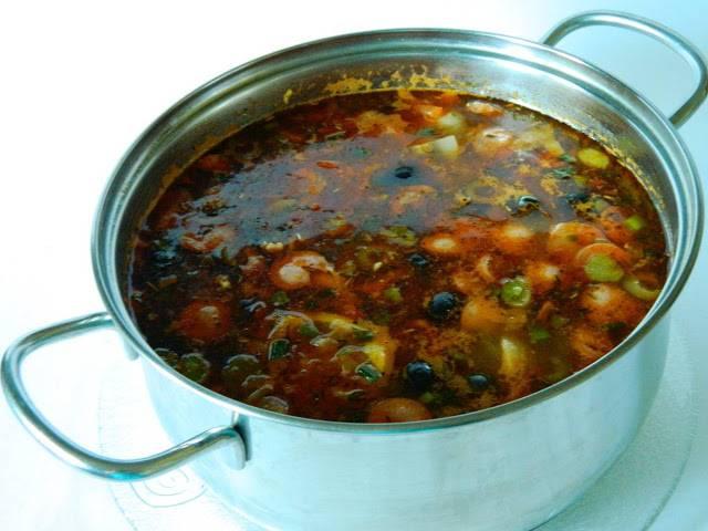 Картофель почти сварился? Добавляем к нему овощную поджарку, маслины, огурцы и каперсы без рассола. Перчим по вкусу и даем покипеть минут 5-7. Затем выключаем плите и даем солянке настояться хотя бы пол часика. если невтерпеж - можно есть сразу :)