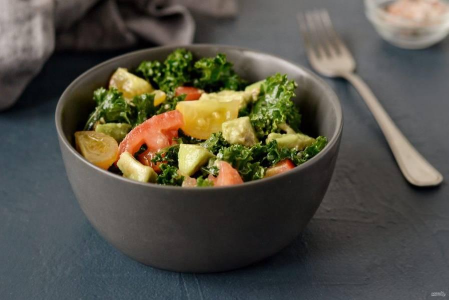 Салат с кейлом и авокадо готов, приятного аппетита!