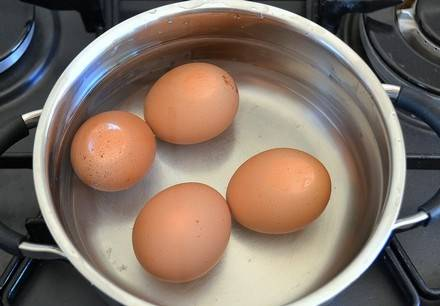 Сварите яйца вкрутую.