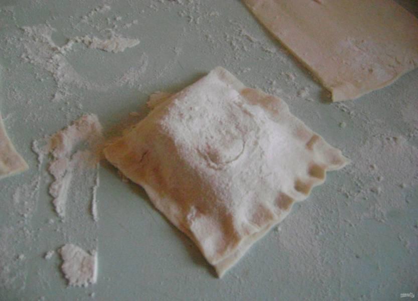 4.Накрываю начинку вторым краем теста и плотно защипываю края, чтобы бульон не выбежал во время выпекания.