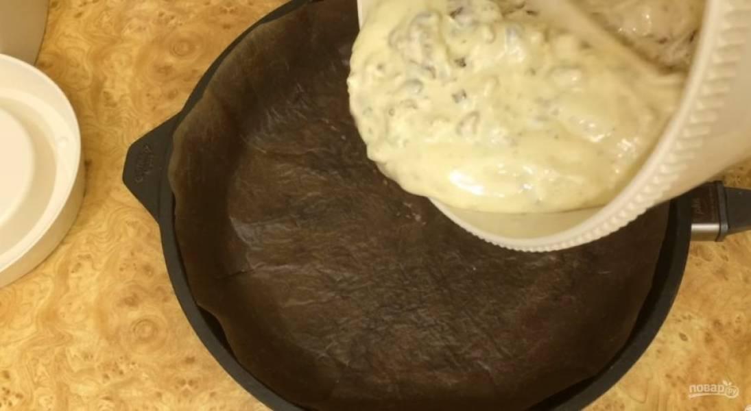 4. Тесто перелейте в покрытую пергаментом форму и разровняйте. Выпекайте в разогретой до 200 градусов духовке 25 минут. Дайте пирогу слегка остыть в форме, после чего остудите. Посыпьте сахарной пудрой. Приятного аппетита!
