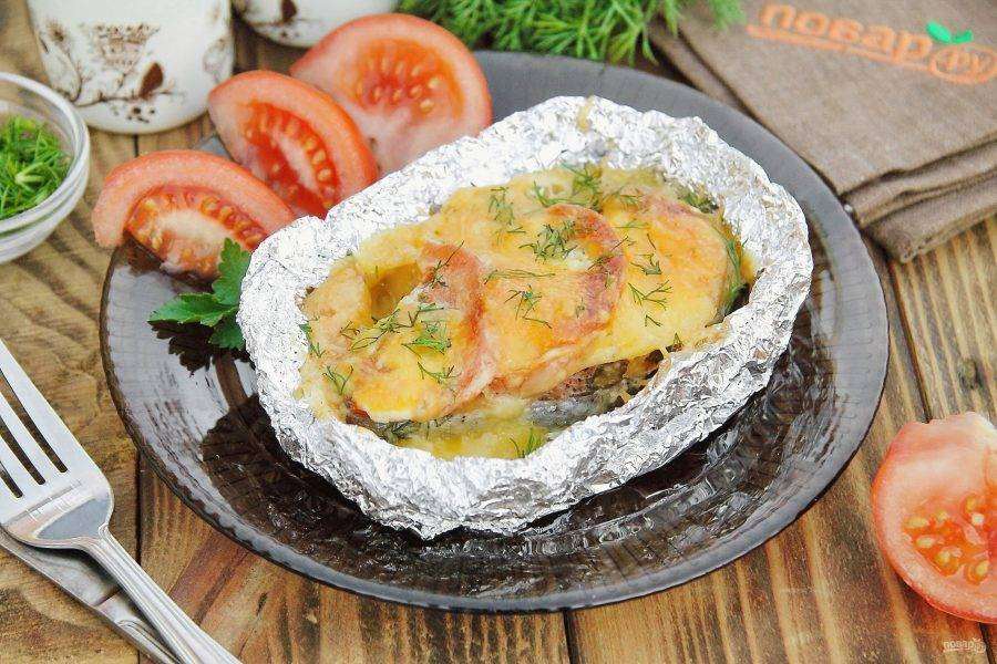 Семга, запеченная в фольге с сыром готова. Блюдо очень нежное, сочное и невероятно вкусное! Приятного аппетита!