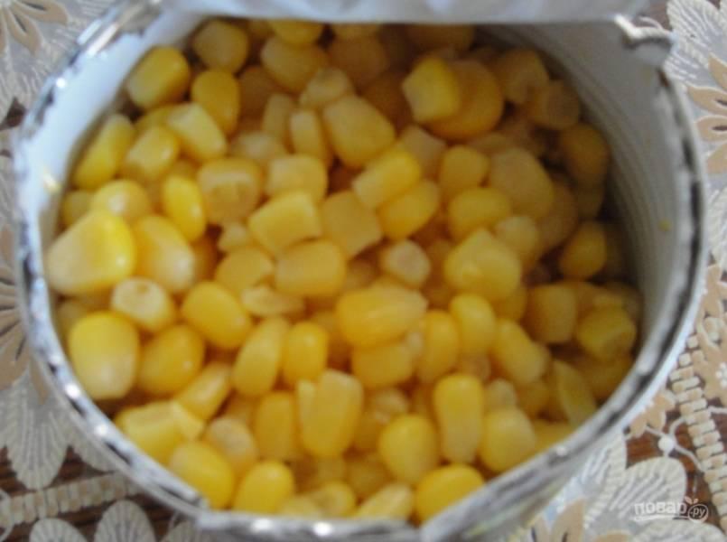 5. Для этого супа нам понадобится консервированная кукуруза. Когда сок закипит, отправляем к нему кукурузу без жидкости.