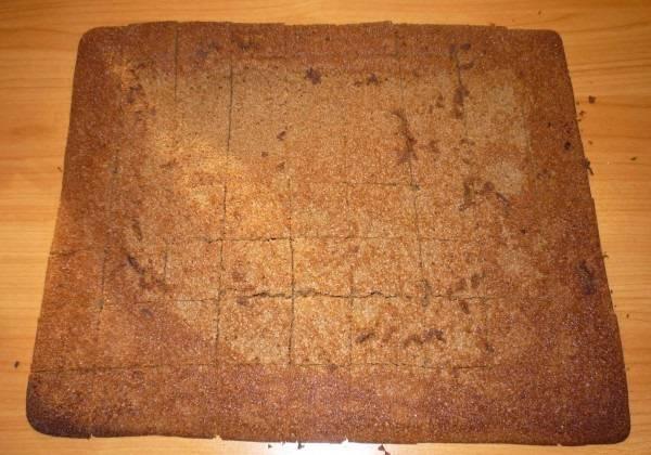 7. Большой корж необходимо нарезать небольшими кубиками. Можно сделать ромбики или кусочки произвольной формы, однако примерно одинакового размера.