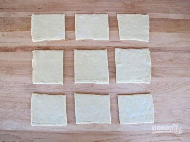 1. Для начала разложите тесто на рабочей поверхности и нарежьте его небольшими квадратами. Я тесто не раскатываю, чтобы оно лучше расслаивалось.