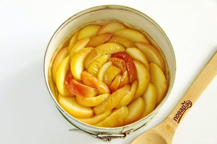 Сверху на тесто выложите яблоки (без сока!). Оставшийся от яблок сок понадобится чуть позже. Отправьте в разогретую до 180 градусов духовку на 30-40 минут.