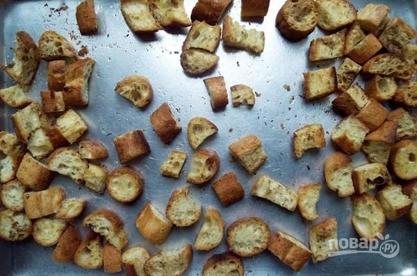 6. Выложите на противень, отправьте в разогретую духовку и запекайте минут 10, пока сухарики не подрумянятся. В процессе обязательно перемешивайте, чтобы они поджаривались равномерно.