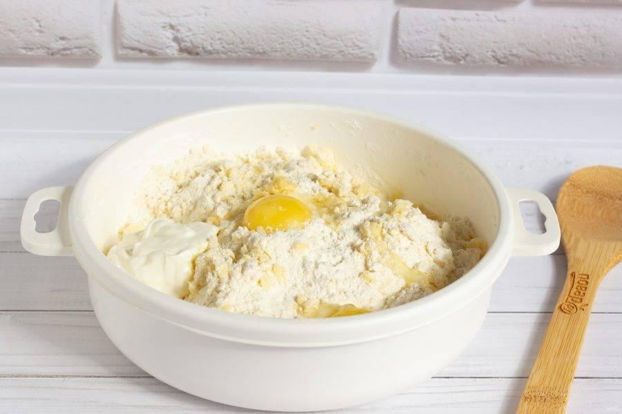 Порубите масло ножом и разотрите в крошку. Добавьте желтки и йогурт. Замесите мягкое тесто. Если тесто плохо формируется, то добавьте немного белка.