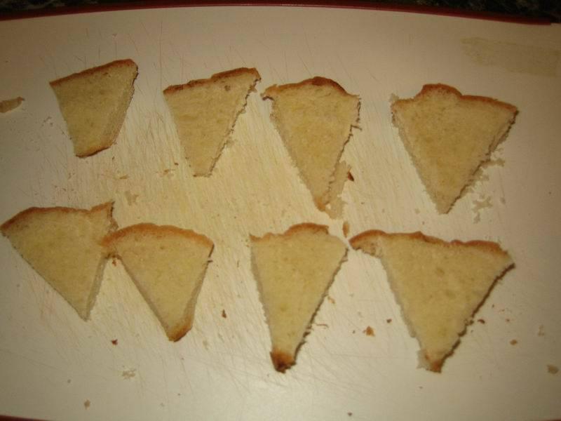 Нарежьте хлеб треугольниками, если в запасе есть время - обжарьте на сухой сковороде, так будет еще вкуснее.