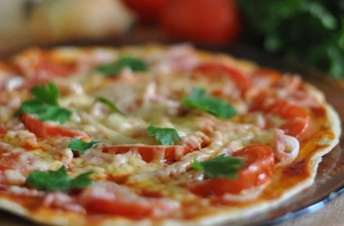 Вот такая отличная пицца без дрожжей получилась. Приятного аппетита!