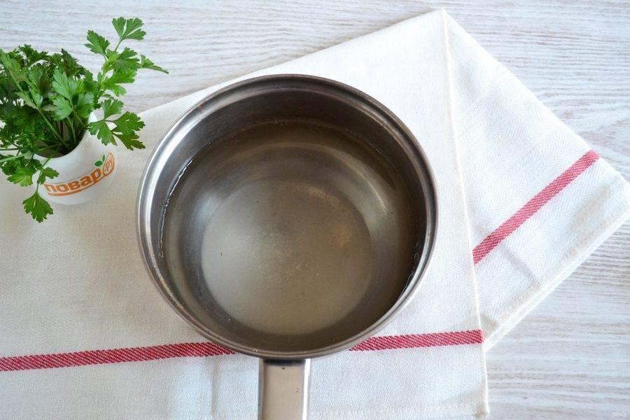 Приготовьте маринад. В небольшой кастрюле смешайте воду, сахар, соль и столовый уксус. Доведите до кипения и снимите с огня.