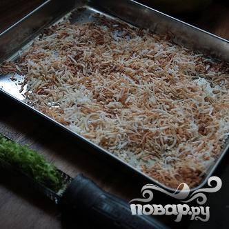 2. Поджарить кокосовую стружку в духовке при 175 градусах на противне в течение 8-10 минут.