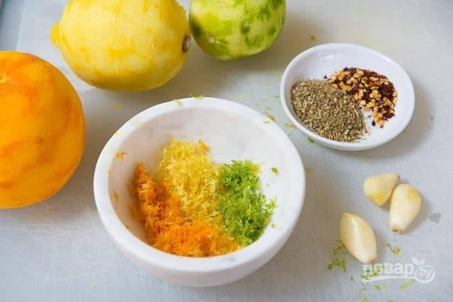 1. Для начала натрите с апельсина, лайма и лимона тонкой стружкой цедру, не затрагивая белую часть.