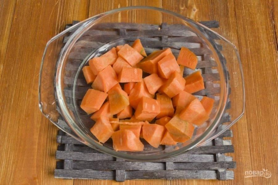 Далее внесите в кастрюлю порезанную морковь. Пассеруйте продукты вместе в течение 10 минут.