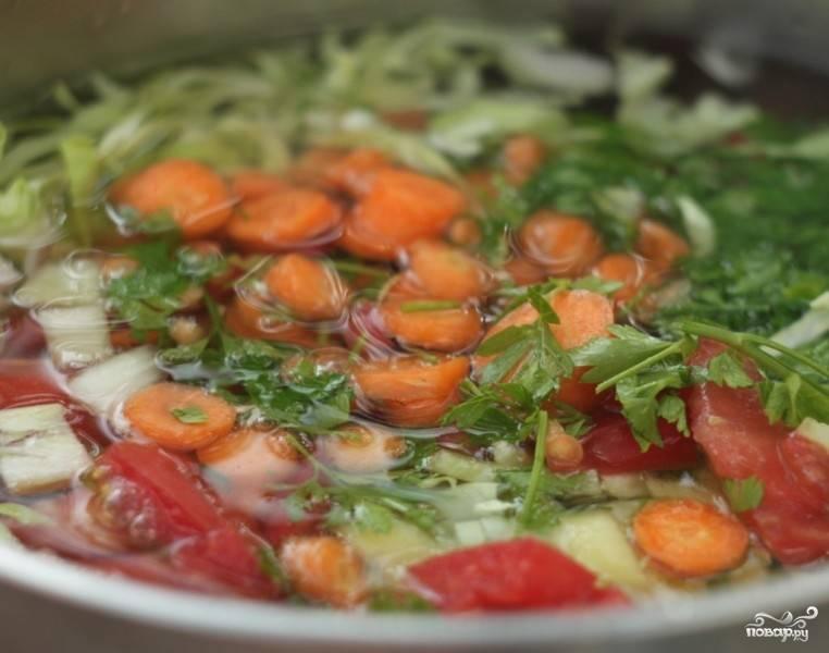 В кипящую воду выкладываем нарезанные овощи и варим в течение 10 минут. Когда суп готов, разливаем его по тарелкам и приступаем к дегустации. В оригинале его готовят без добавления соли, но, если уж совсем будет пресно, можете немного добавить. И приятного вам аппетита!