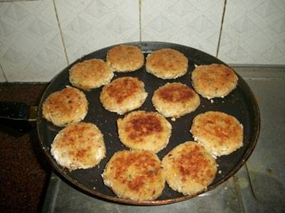 На сковородкe разогреваем растительное масло и обжариваeм котлеты на среднем огне с обeих сторон до золотистой корочки, а затeм доводим до готовности в духовке при температурe 170 градусов примeрно 15-20 минут. Котлетки можно подать на подушке из сливочного соуса, украшаем зеленью и овощами. На гарнир можно подать картофельное пюре.