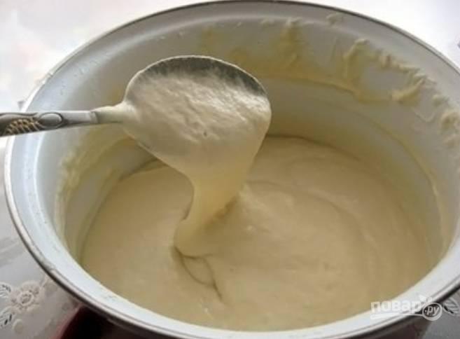 В теплое молоко добавляем дрожжи, а затем сахар и соль. Перемешиваем и ставим полученную опару в теплое место на 30 минут.