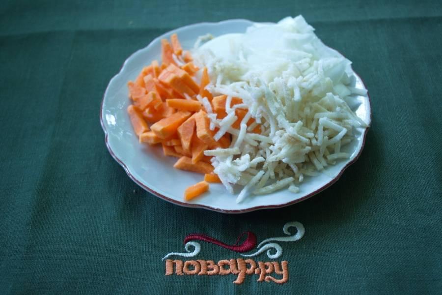 Морковь и сельдерей натрите на терке. Репчатый лук нарезать кубиком или полукольцами.