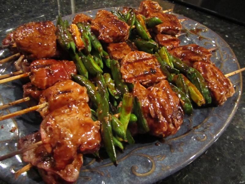 2. Отдельно смешаем соус Хойсин,молотый имбирь и соевый соус, этой смесью поливаем мясо и пусть оно постоит хотя бы час, а лучше - как можно дольше. Затем запекаем на гриле или мангале.