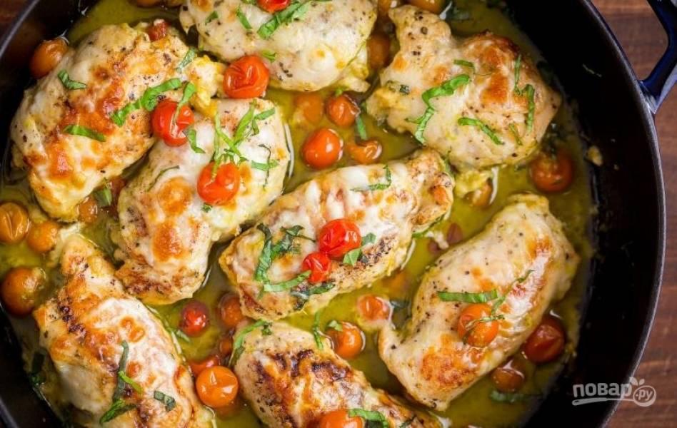 5. Обжаренные рулетики сложите в сковородку, посыпьте оставшимся сыром, добавьте помидоры черри, влейте немного воды и тушите 15 минут на медленном огне. Приятного аппетита!