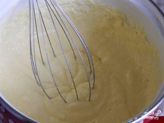 3. Начните вбивать яйца (удобнее вводить их по одному) и взбивать тесто венчиком или миксером.