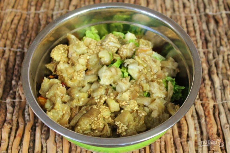 Печеные баклажаны нарезаем кусочками и кладем в миску к остальным ингредиентам.