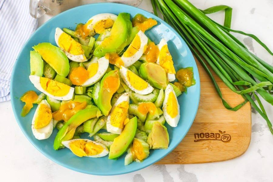 Выложите майонез любой жирности и любого вкуса, который вам по душе, в хаотичном порядке.