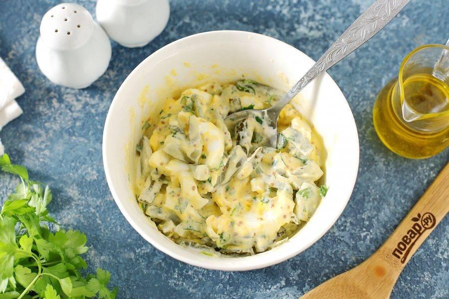 Салат посолите, поперчите по вкусу и перемешайте. Салат с маринованными огурцами и яйцами готов. Можно сразу подавать салат к столу.