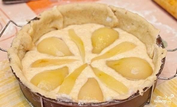Тесто раскатаем в пласт и выложим в форму, формируя бортики. Или распределите тесто по форме руками. Выложите крем-начинку и груши.