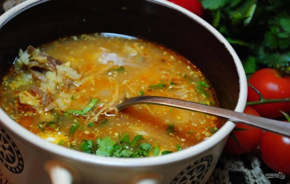 14.Готовый суп подаю горячим, обязательно посыпаю его рубленой зеленью.