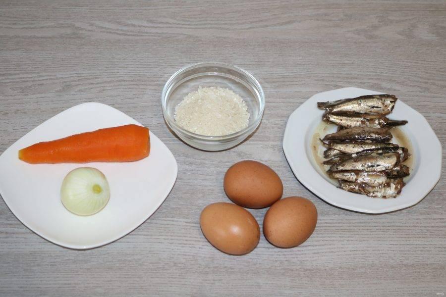 Подготовьте ингредиенты. Морковь и яйца отварите до готовности.