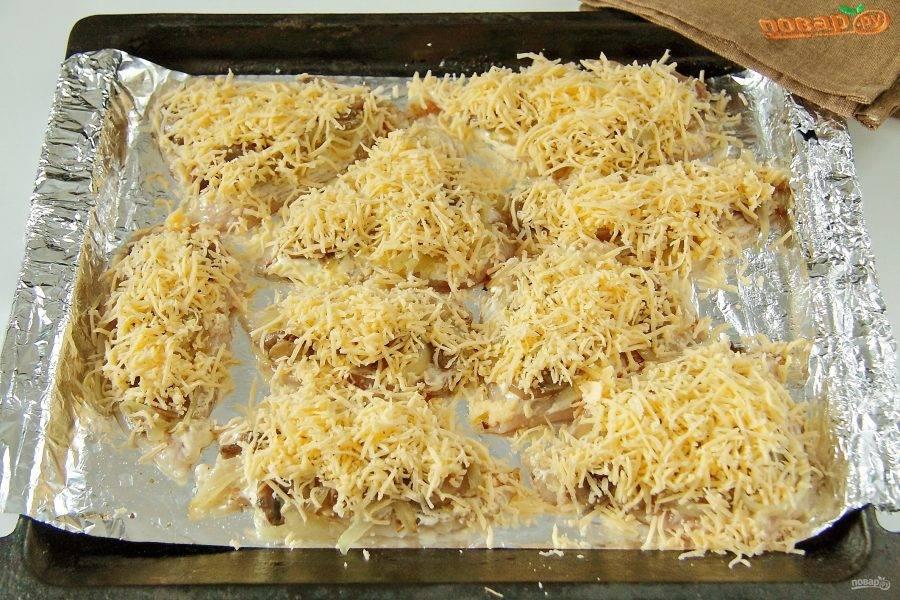Сверху посыпьте тертым сыром.