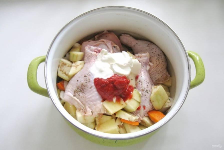 Выложите в кастрюлю овощи, курицу. Добавьте сахар, сметану и томатную пасту.
