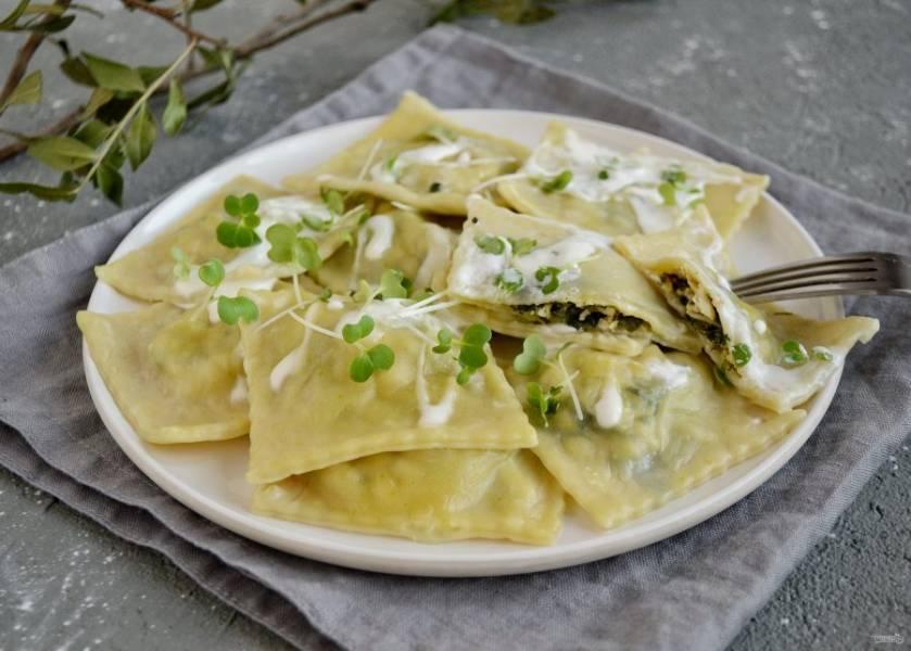 Равиоли с зеленью готовы, приятного аппетита!