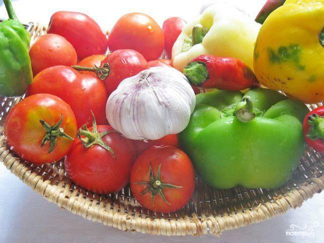 Итак, подготавливаем овощи. Сперва моем помидоры и перец. Обязательно удостоверьтесь, что на овощах не осталось грязного налета. Это может способствовать развитию неблагоприятной среды в аджике.