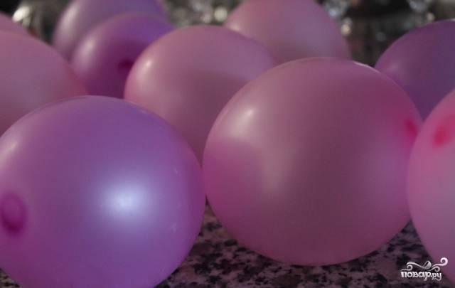 1. Сначала подготовим небольшие надувные шарики. Возьмите штук 10-12. Замочите их в теплой воде с солью, чтобы продезинфицировать. Потом осушите.