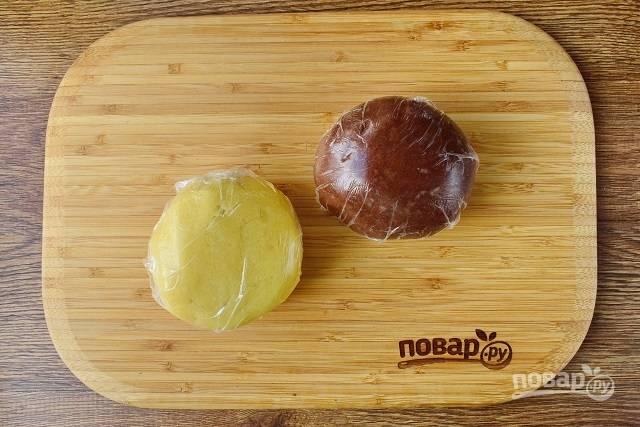 Сахар и масло взбейте в измельчителе до однородной массы, добавьте просеянную муку, перемешивайте только тех пор, пока тесто не начнет собираться в комок. Также замесите шоколадное тесто. Накройте  пищевой пленкой и оставьте в холодильнике на 1 час.