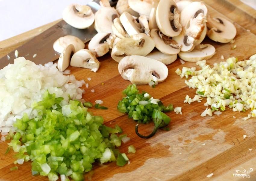 Мелко рубим сельдерей, лук, чеснок, чили-перец и нарезаем пластинами шампиньоны.
