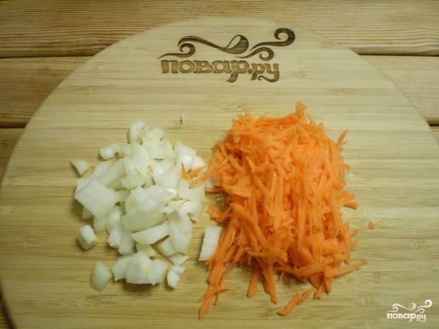 Измельчите лук и морковь.