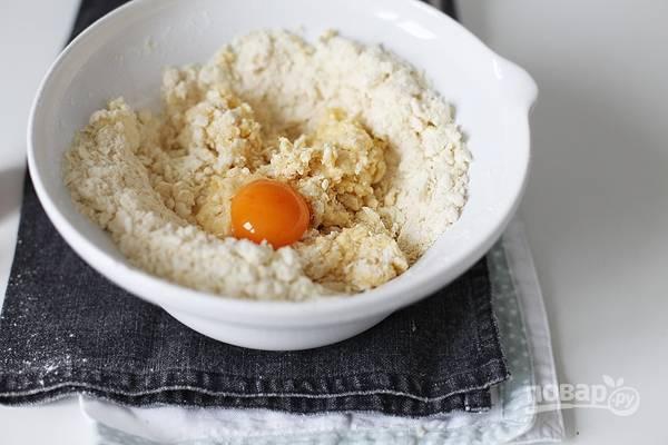 Порубите все ингредиенты ножом, чтобы они перемешались. Затем вбейте сырое куриное яйцо и положите желток.